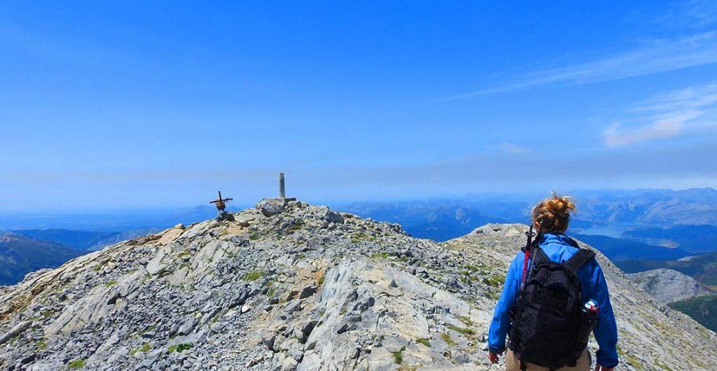 Cima la montaña Espigüete, un día de cielo azul y buen tiempo.